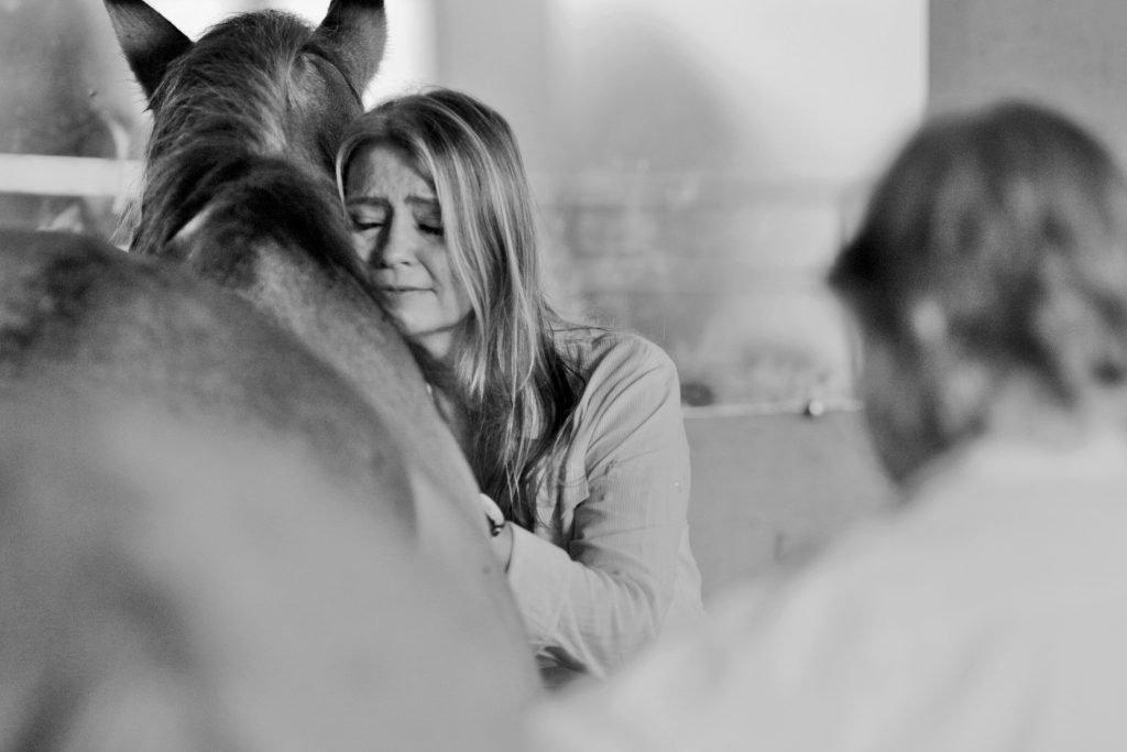 Integrante abraçando cavalo