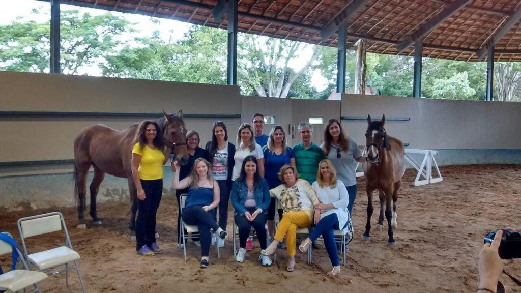 Grupo da atividade unido com cavalos