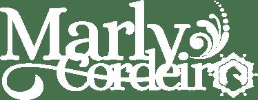 Logotipo branco da Marly Cordeiro, contém arabescos do lado direito de 'Marly'